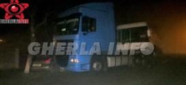 Accident la Bontida: un sofer cu BMW, baut, a intrat intr-un autobuz cu muncitori, care a ajuns intr-un cap de tir. Doua persoane ranite grav. Pagube de 70.000 de lei – VIDEO