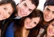 tineri oameni fericiti zambet