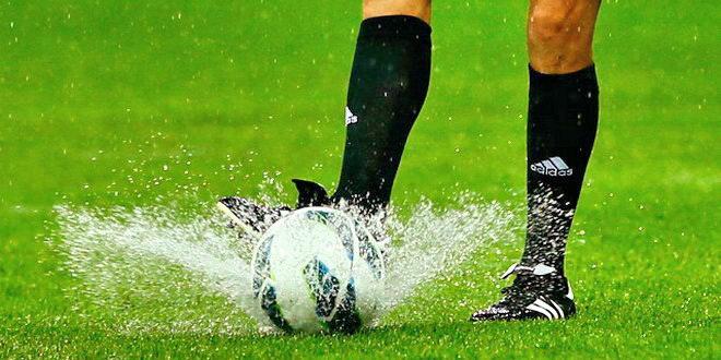 fotbal ploaie balon arbitru