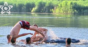 sacalaia lac baie tineri copii saritura saltea