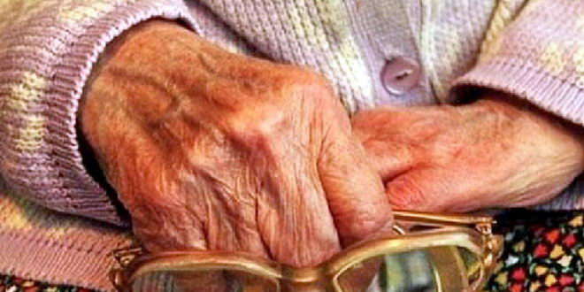 batrana bunica maini