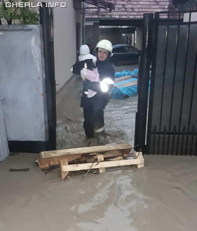 pompier copil evacuat inundatie casa bistrita