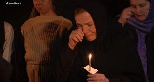 femeie biserica plange